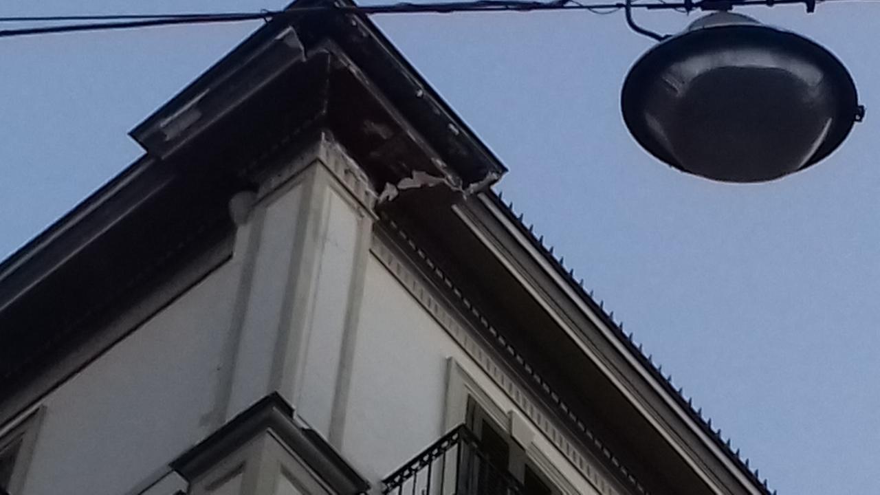 Napoli cornicione crollato Chiaia