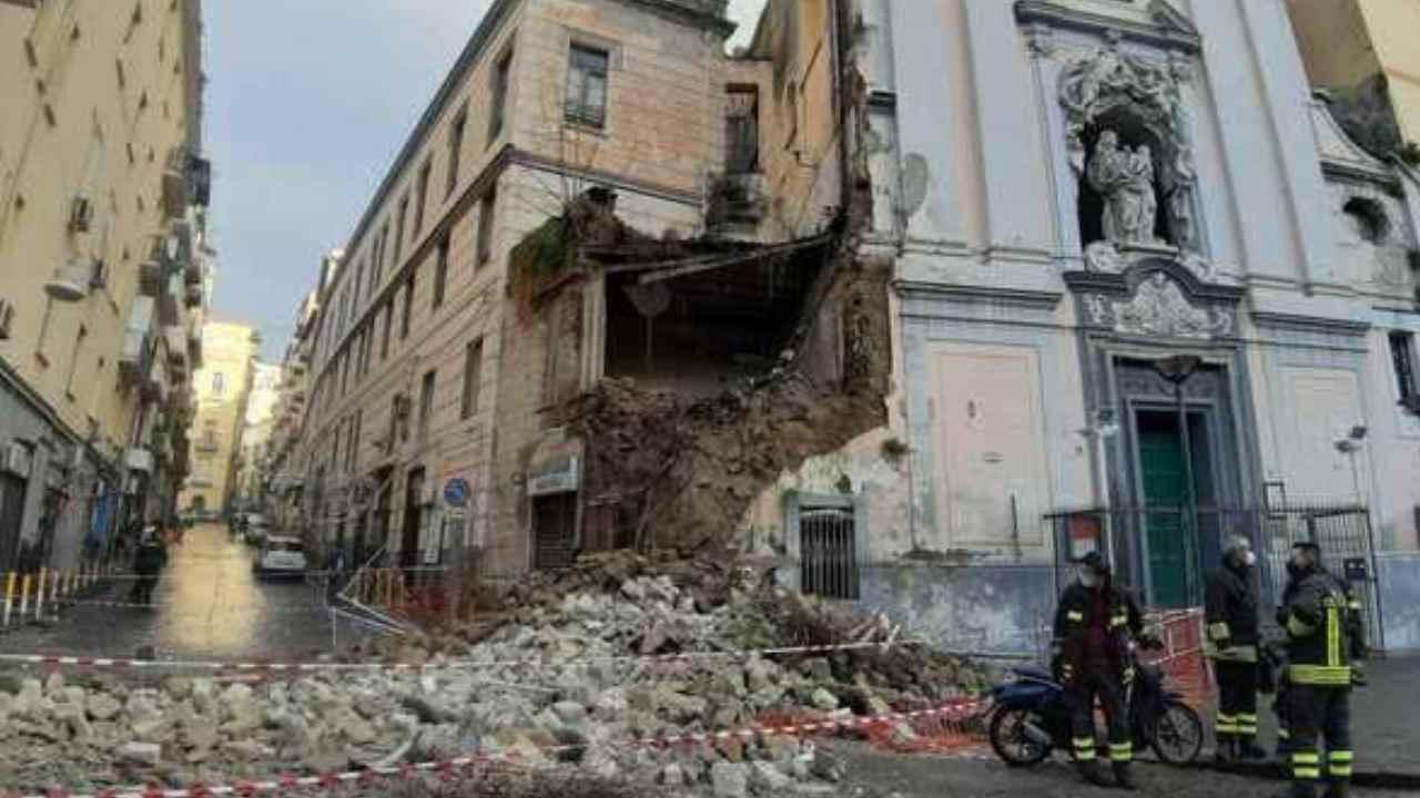 napoli crolla chiesa