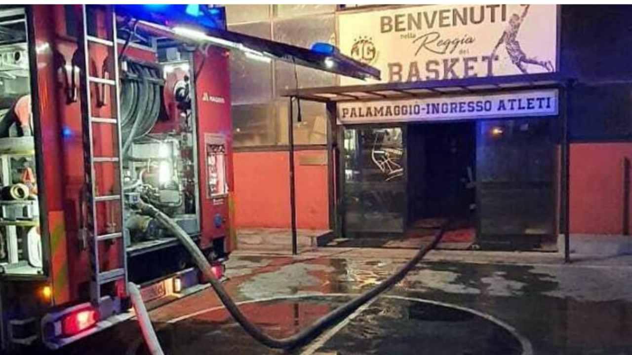 PalaMaggiò di Caserta in fiamme, possibile incendio doloso: tutti i dettagli